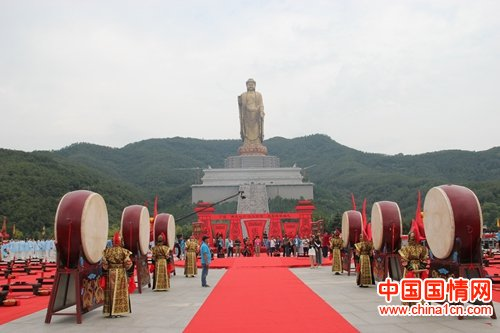 """中原大佛景区举办""""汉风古韵""""集体婚礼拉动旅游"""