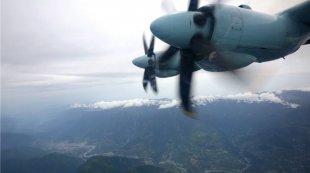 西部战区空军赴九寨沟震区空域航拍侦察