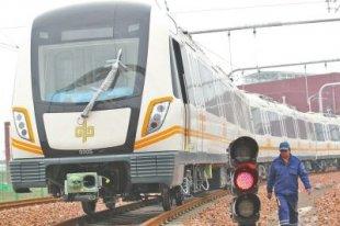郑州地铁2号线列车来