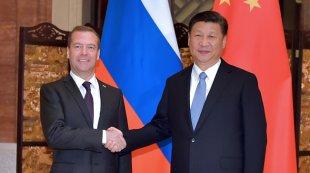 习近平会见俄罗斯总理梅德