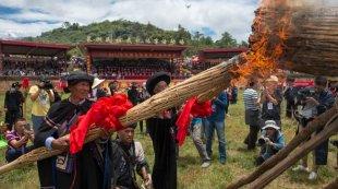 云南石林彝族群众欢庆