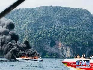 一艘快艇在泰国皮皮岛